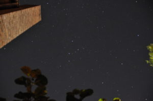 Sternschnuppe links oben neben Kamin (kein Kratzer...:), Copyright: Wolfgang Kurtz, CC-BY-SA-3.0